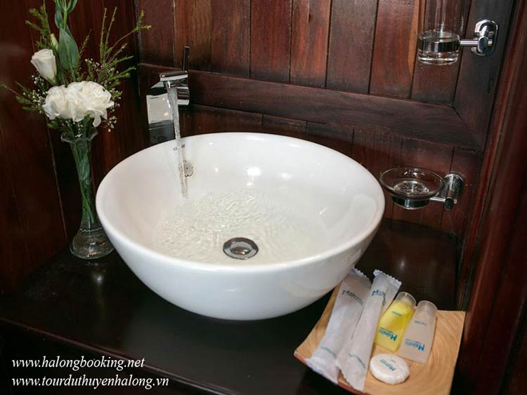 Majestic-Halong-Cruise-bathroom1-smiletravel