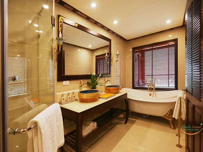 indochine-cruise-Indochine-suite-bathroom-smiletravel-