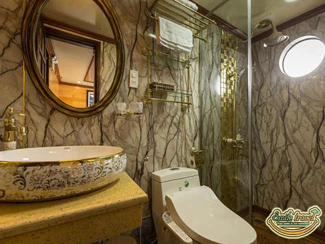 la-fiesta-cruises-bathroom1-cabin44