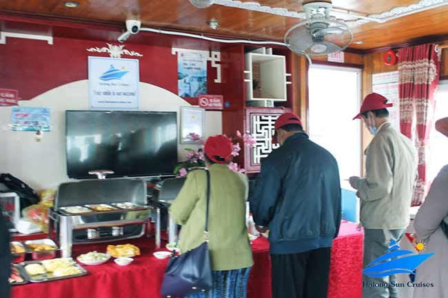-best-halong-sun-cruises-buffet-lunch