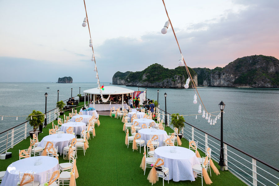 to-chuc-gala-dinner-du-thuyen-Mon-cheri-cruises-smiletravel